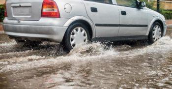 Dirigir carro na chuva